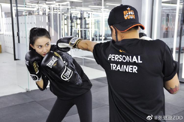 体操女神张豆豆微博晒照,训练拳击颜值吸睛