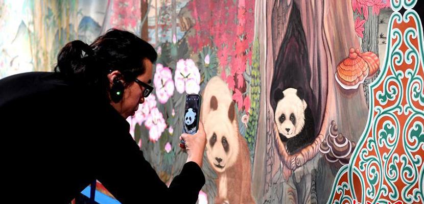 《大熊猫百图唐卡长卷》巨幅长卷在成都亮相