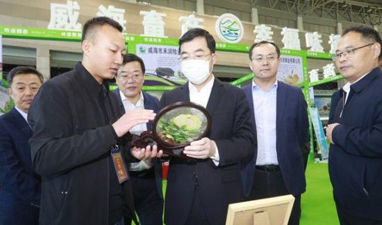 张海波在参观威海市第四届知名农产品展时强调:提高品质品相品牌 扩大知名度和影响力
