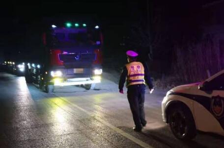 线上线下联动 沂源交警一夜查处7辆严重超载车