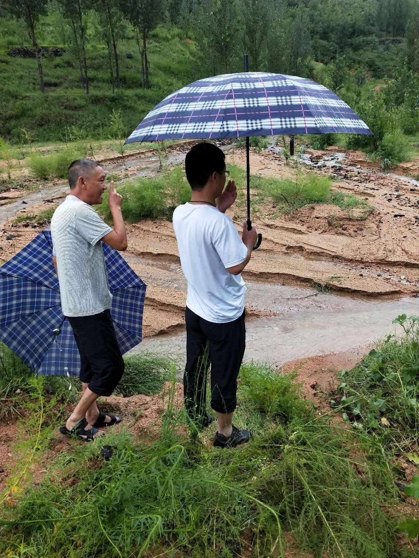 视察洪水水情