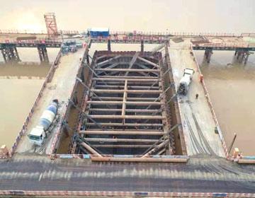 滨州黄河大桥唯一水中主墩承台浇筑完成