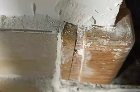 门框开裂 地板泡水 淄博金科集美郡交房引业主不满