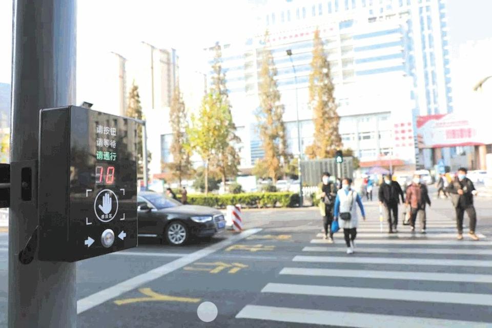 """日照:行人可以""""指挥""""红绿灯过马路"""