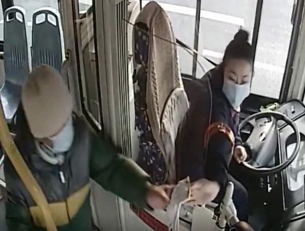 老人寒风中赶公交手被冻红 女驾驶员一个举动暖爆了!