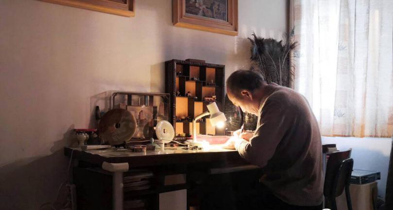 影像力|毫厘间雕刻大千世界!济南有位微雕大师,能在发丝上刻字