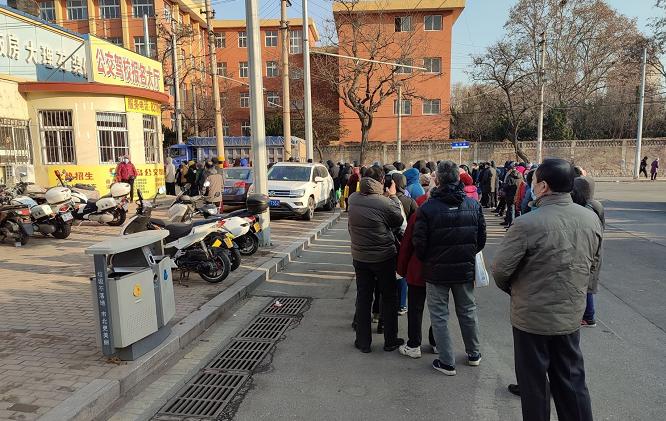 """老年半价卡退费升级办理首日 市民竟在车行道上大排""""长龙"""""""