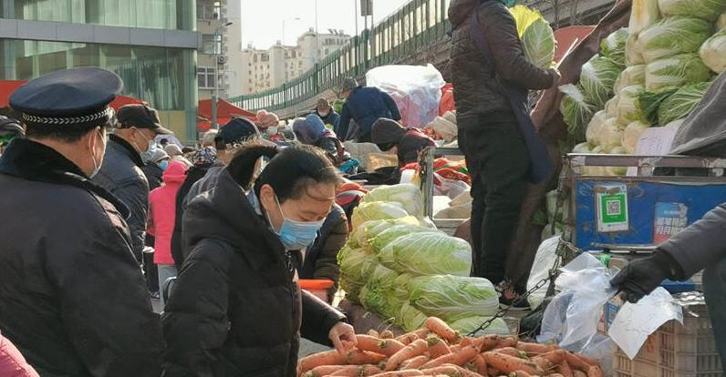 47秒|寒潮来袭 农贸市场人鼓了!青岛市民提前储备蔬菜