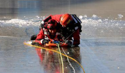 迎风卧冰,严寒中磨练救人技!实拍国家水域救援青岛大队冰面救援训练