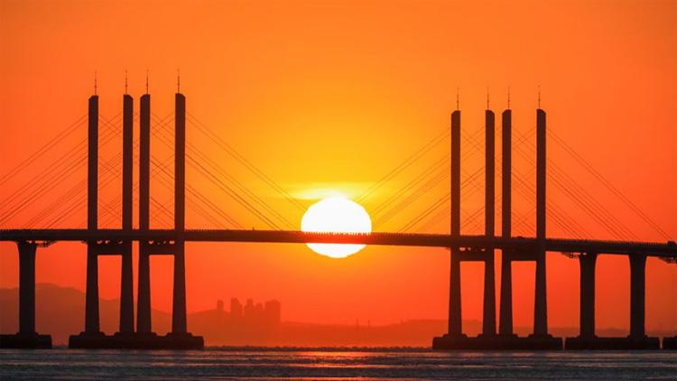 青岛胶州湾后海 冬日夕阳如剪影般壮美