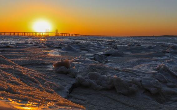 【大片】鬼斧神工 夕阳辉映胶州湾冰原如巨型彩色玉雕