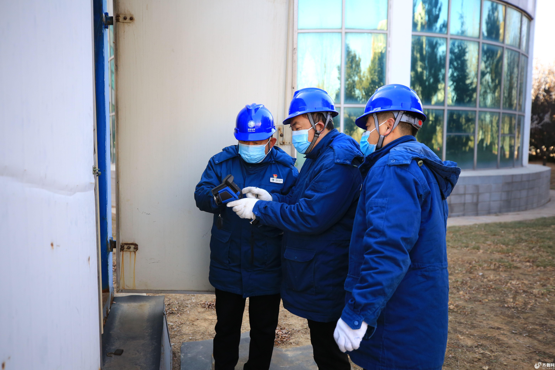 国网滨州供电公司配电运检人员为北镇中学变压器进行红外测温(代福永 摄) (2)