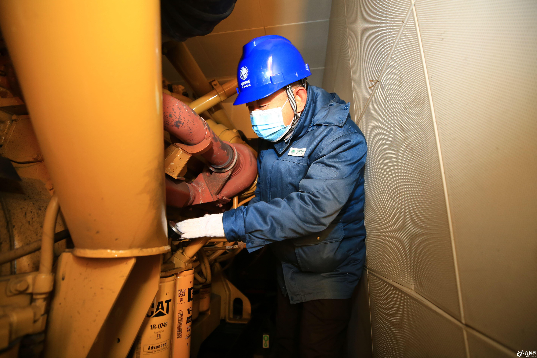 国网滨州供电公司配电运检人员在检查应急发电车(代福永 摄) (2)