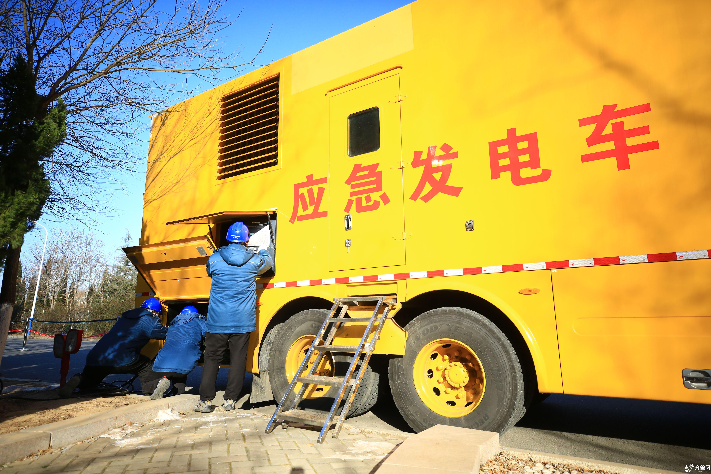 国网滨州供电公司配电运检人员在检查应急发电车(代福永 摄) (3)