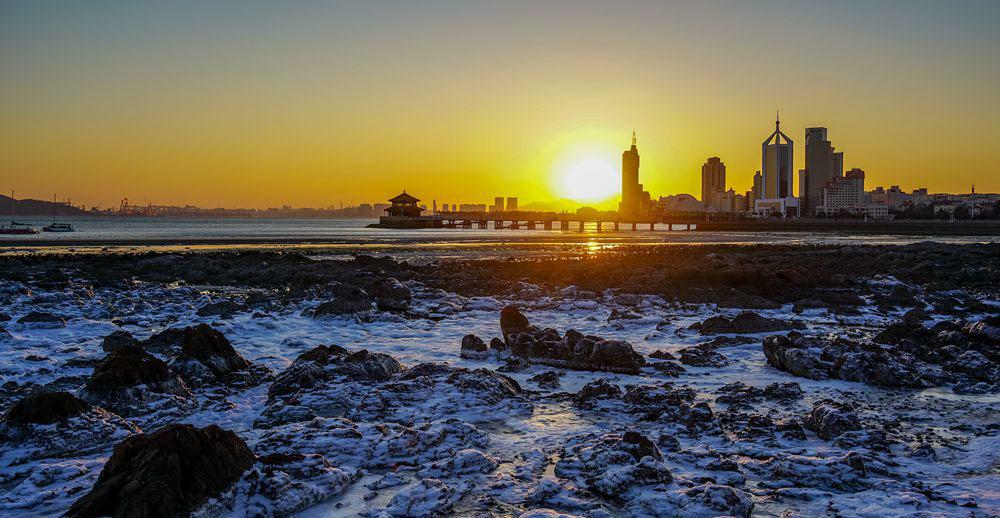 似梦似幻 严寒天气成就青岛前海沿另一番夕阳美景