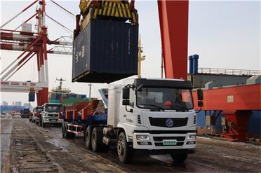 """18辆新能源电动拖车""""绿""""动威海港"""
