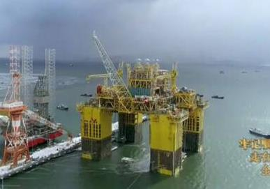 """全球首座十万吨级深水生产储油平台""""深海一号""""烟台交付启航 排水量相当于3艘中型航母"""