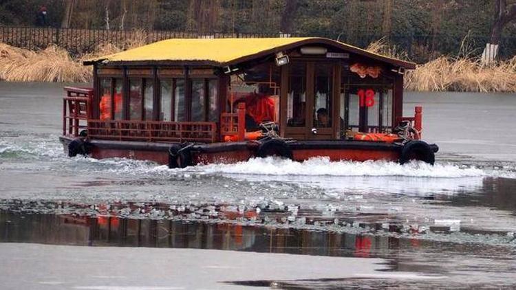 """大明湖里""""破冰船""""开辟航道 噼里啪啦场面挺壮观"""