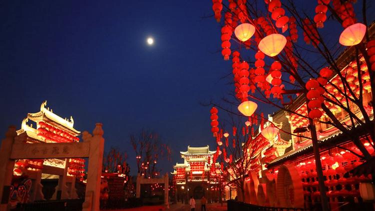 即墨古城大红灯笼高高挂 张灯结彩迎新春