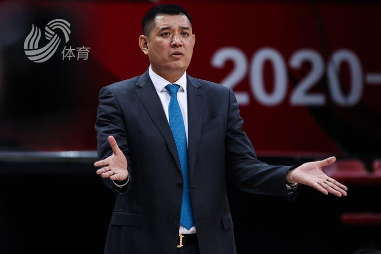 巩晓彬:贾诚伤退影响中锋轮转 国内球员欠缺关键球经验