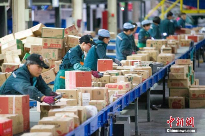 资料图:物流工作人员正在分拣快递。<a target='_blank' href='http://www.chinanews.com/'>中新社</a>记者 张云 摄