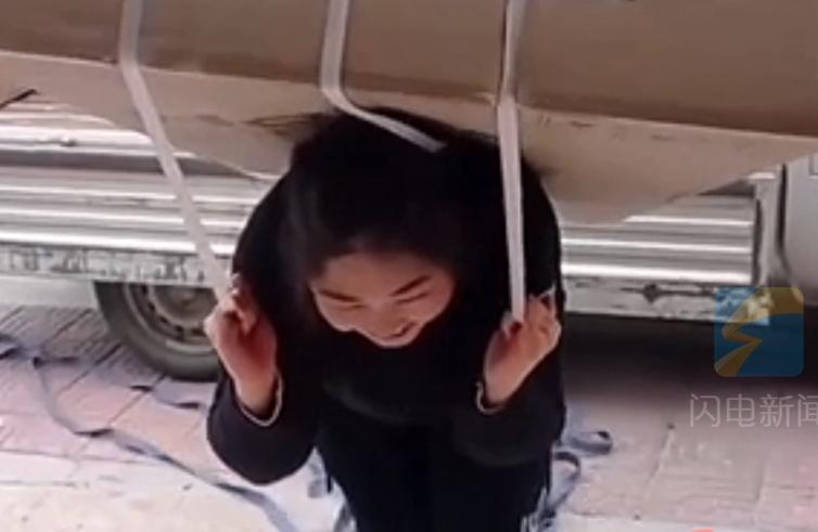 女子尝试背大冰箱进屋 结果实现了
