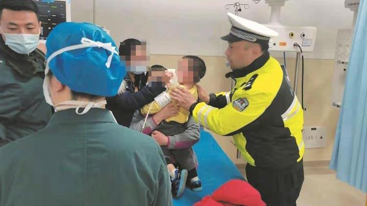 幼童误食降压药 淄博滨州交警接力送医