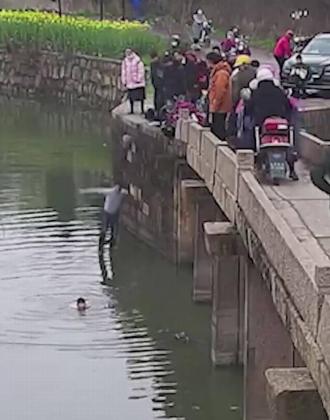 德州小伙西湖边跳水救人:这种事肯定第一个冲上前