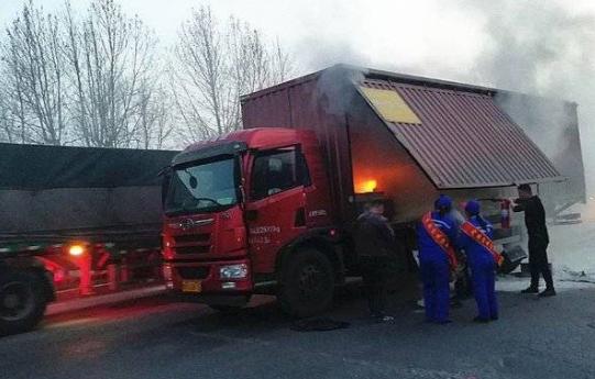 东营一加油站附近车辆起火!三名女加油员冲了上去