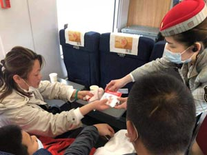 8岁男孩手指受伤急需救治 铁路绿色通道提供细致服务