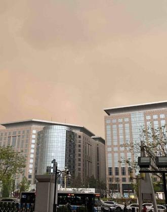 北京再现沙尘天气 电闪雷鸣泥沙俱下