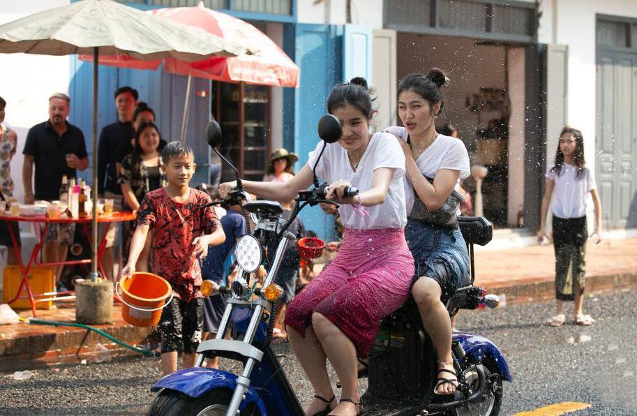 老挝古城琅勃拉邦庆祝泼水节