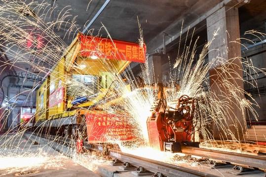 粤港澳大湾区最高速地铁首通段全线长轨贯通