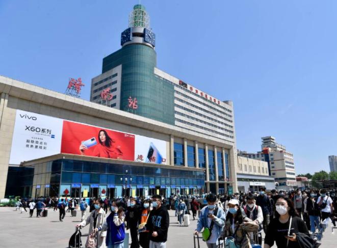 组图丨济南火车站迎返程高峰 情侣难舍难分
