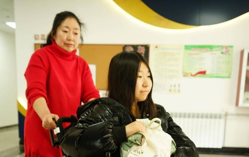 13年陪读,这位烟台母亲把女儿背进青岛大学
