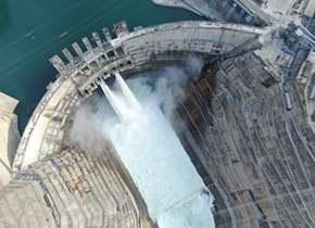 金沙江白鹤滩水电站大坝全线浇筑到顶