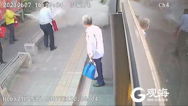 青岛一加油站附近垃圾桶起火 危急关头这群人出手了!