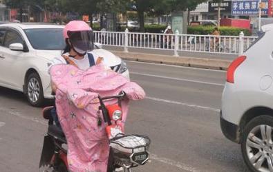骑电动自行车戴安全头盔 这些市民被交警表扬