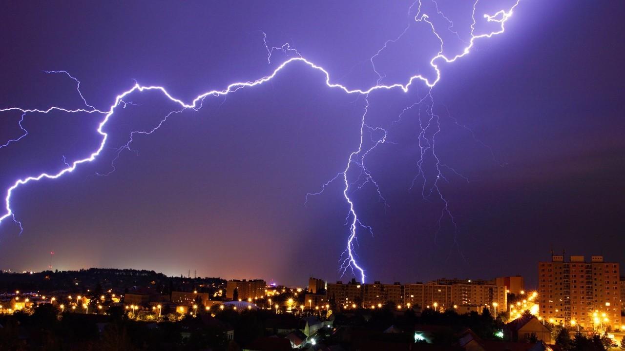 【社区杂谈】雷电雨水天气集中 居家出行安全第一