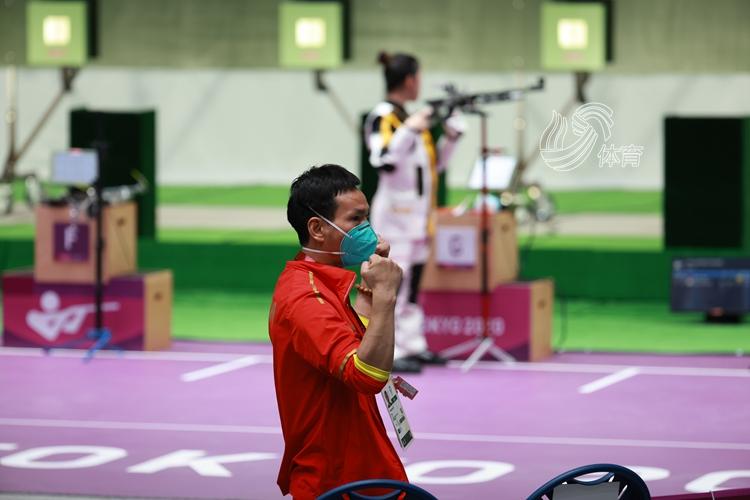 《【迅达平台最大总代】中国首金!杨倩颁奖台比心,教练振臂欢呼》