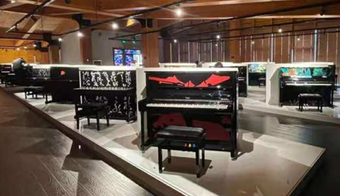 全球首家艺术钢琴馆在青岛开馆 43架艺术钢琴亮相