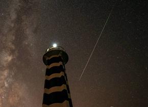 英仙座流星雨极大期每小时洒落百颗流星