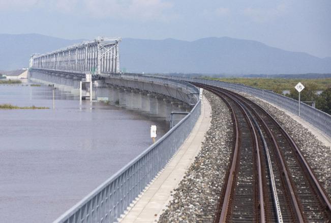中俄首座跨江铁路大桥铺轨贯通