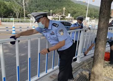 泰安交警清洗交通护栏 扮靓城市交通设施