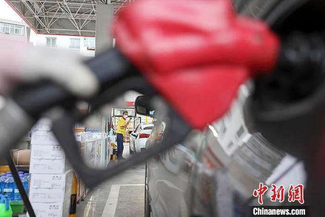 资料图:工作人员给车辆加油。 <a target='_blank' href='http://www.chinanews.com.moirabreen.com/'>中新社</a>记者 张云 摄