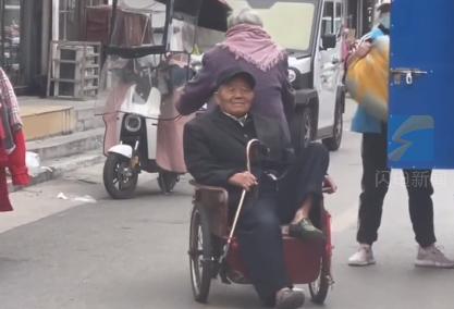 奶奶骑三轮车骑不动 爷爷悄悄用腿蹬