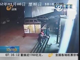 济南:小狗拴门口 转眼没了影