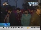 青岛警方护送800名外来务工人员回家