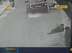 河南:轿车碾轧路人 想逃没门!