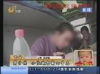 青岛:戴手铐 小伙被押解回青岛